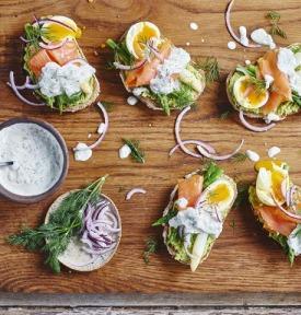 Toast complet à l'avocat et au saumon, accompagné d'asperges et d'un œuf mollet