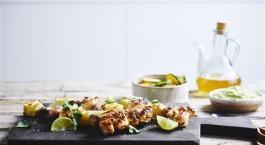 Recept Sofie Dumont: Brochettes met kip, ananas en krieltjes met avocado dip