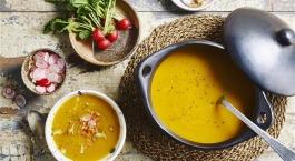 Soep van geroosterde gele paprika en wortel