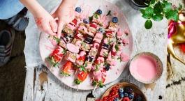 Sofie Dumont: Spiesjes van speltcake en fruit met aardbeiencoulis